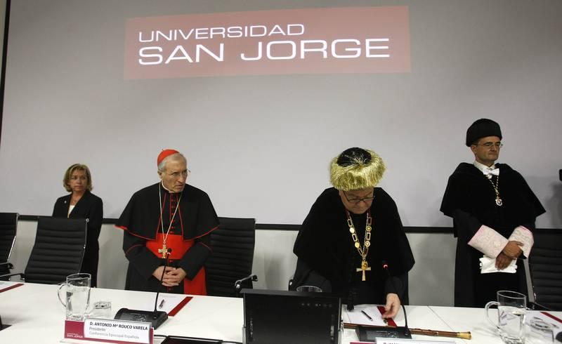 Serrat, a la derecha, en la apertura oficial del curso 2012-2013 en la San Jorge, junto al cardenal Rouco Varela y el arzobispo Ureña. - Foto: EL PERIÓDICO