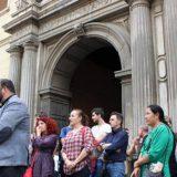 Representantes de IU se han reunido frente al Hospital San Juan de Dios para hacer un llamamiento de rechazo a la entrega. Foto: aG