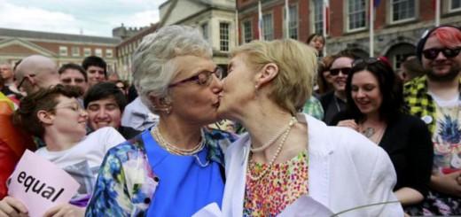 Manifestantes a favor del matrimonio homosexual celebran su aprobación en Dublin. REUTERS