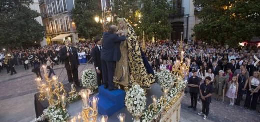 alcalde Granada impone medalla a la virgen amargura 2015