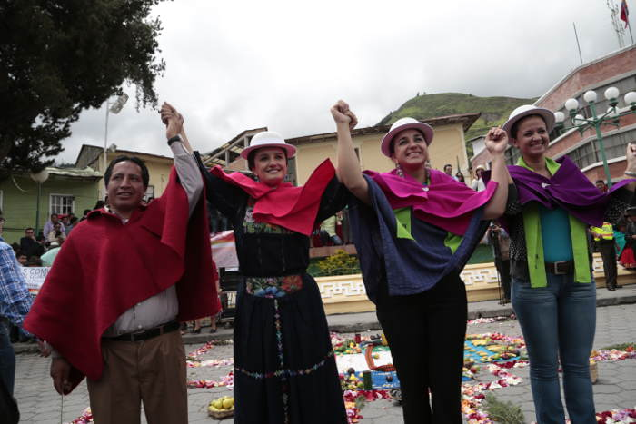 autoridades Ecuador ceremonia indigenista 2015