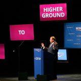 Huckabee en el escenario junto a su eslogan de campaña. / Matt SULLIVAN (AFP)