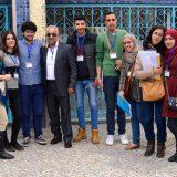 El poeta y profesor Abderrahman El Fathi, en el centro, junto a sus estudiantes en la Universidad Abdelmalek Essaâdi. YOUNES