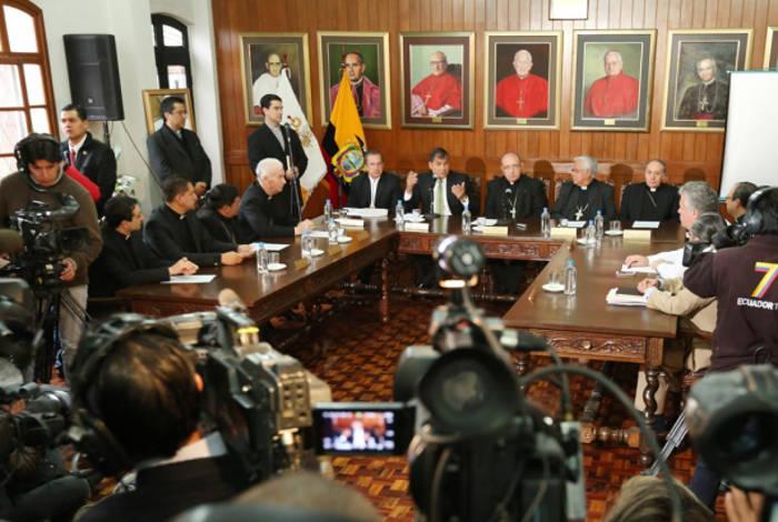 El Presidente Correa, rodeado del clero católico, confirmó en la sede de la Conferencia Episcopal Ecuatoriana la visita del papa Francisco al país, a principios de julio de este año.