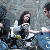 AFP /ATTA KENARE De picnic. Unos jóvenes iranís juegan a las cartas ¿pese a que está prohibido en un parque de Teherán.