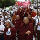 Protesta en Birmania contra las críticas de la comunidad internacional por la gestión de la crisis de los rohingya. / Lynn Bobo (EFE)