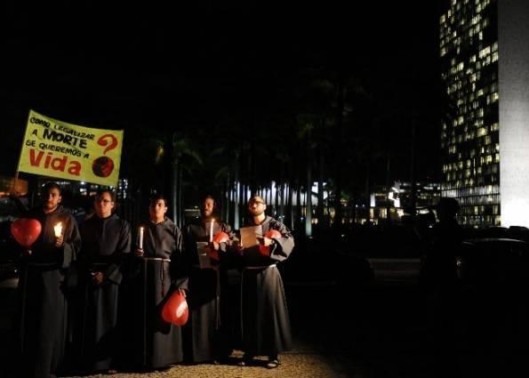 La iglesia católica y sus religiosos contra el aborto para la menor violada en Paraguay