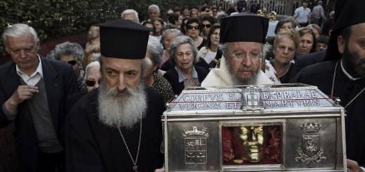 Varios popes transportan las reliquias al hospital. / Y. KOLESIDIS (EFE)