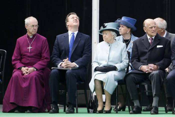 De izquierda a derecha, el arzobispo de Canterbury, el primer ministro británico, David Cameron, la reina Isabel y el príncipe Philip en el aniversario de la Magna Carta en Runymede / STEFAN WERMUTH (REUTERS)