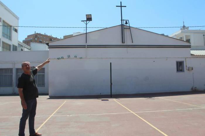 Salvador Pérez indica la cruz que se ubica en el patio del colegio Madre de la Luz y de la que lleva años pidiendo su retirada