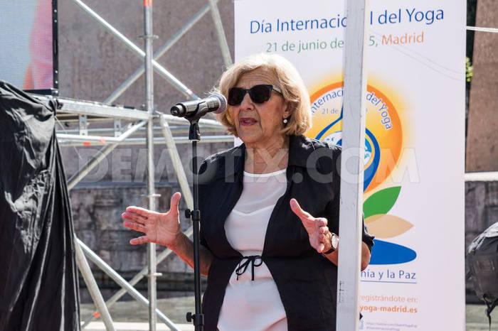 Carmena alcaldesa Madrid dia yoga 2015 b