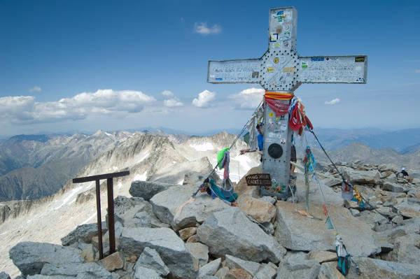 Cruz en el pico Aneto Huesca