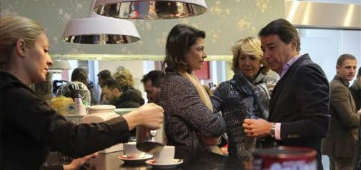 La presidenta del PP de Madrid, Esperanza Aguirre (c), el presidente madrileño, Ignacio González, y la exconsejera de Educación, Juventud y Deporte, Lucía Figar, toman café antes del inicio de un foro del PP. EFE/Archivo