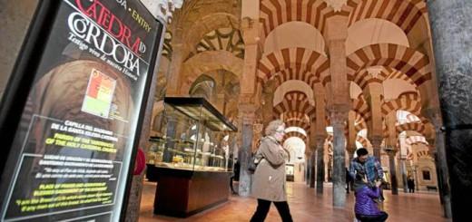 Un cartel señala la entrada a la Mezquita de Córdoba. MADERO CUBERO