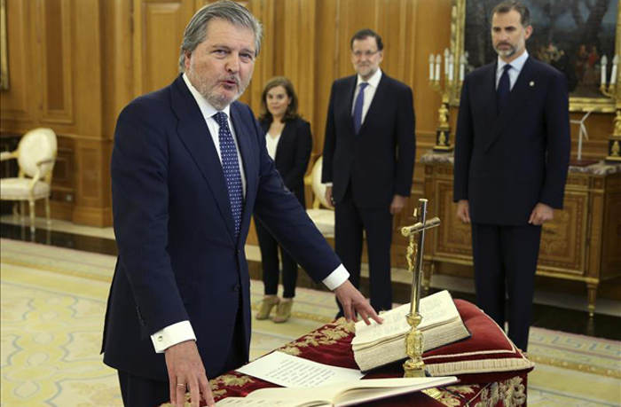 Toma posesion Mendez de Vigo ministro Educacion PP 2015 crucifijo