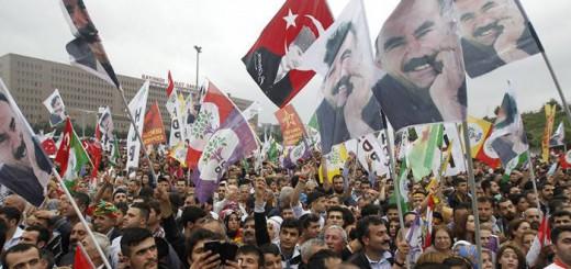 ESTAMBUL (TURQUÍA), 08/06/2015.- Varios simpatizantes del Partido Democrático de los Pueblos (HDP), ondean banderas con el retrato del líder del del ilegal Partido de los Trabajadores del Kurdistán (PKK), encarcelado Abdullah Öcalan durante un acto al que asistió el líder del HDP Selahattin Demirtas para celebrar el resultado cosechado por la formación, un histórico 12,9 %, durante un acto celebrado en Estambul Turquía hoy, lunes 8 de junio de 2015. Trece años después de llegar al poder en 2002, el partido islamista de Justicia y Desarrollo (AKP), fundado por el controvertido presidente turco, Recep Tayyip Erdogan, ha perdido finalmente su mayoría absoluta en las elecciones generales celebradas hoy en Turquía. EFE/Ulas Yunus Tosun.