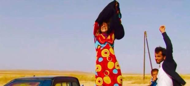 mujeres quitandose ropa negra impuesta Estado islamico 2015