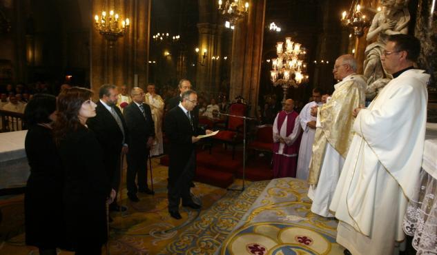 El socialista Sánchez Bugallo efectúa la ofrenda del año 2008, la última que le correspondió a Santiago. PEPE ÁLVEZ