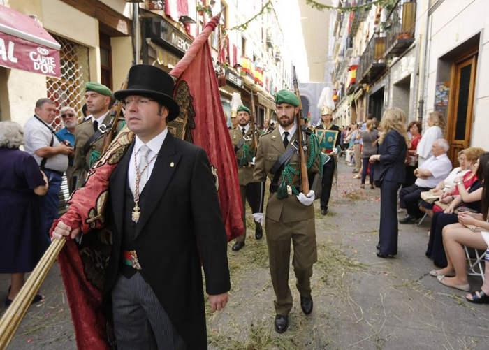 procesion Corpus Granada 2015 pendon y ejercito