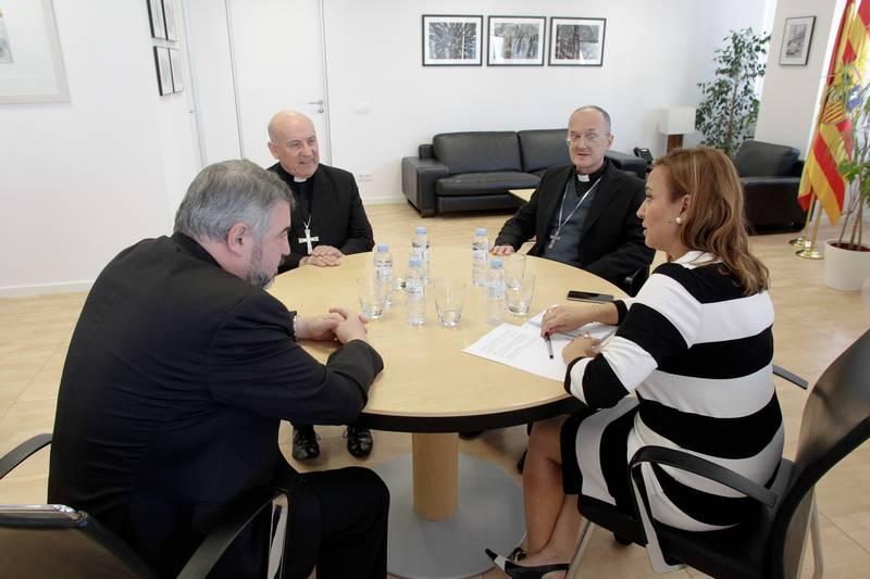 Mayte Pérez, consejera de Educación de Aragón (PSOE),  con el arzobispo de Zaragoza, Vicente Jiménez (centro), el obispo de Huesca, Julián Ruiz (dcha.) y el de Teruel, Carlos Escribano (izda.). - Foto: EDU NAVARRO