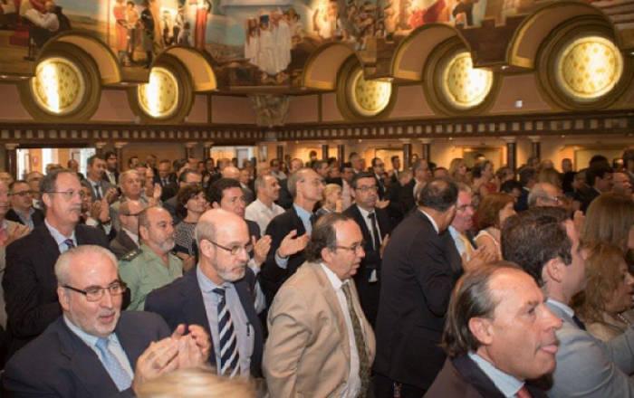 Abajo a la izquierda, José Luis Mendoza junto a personalidades de la vida política de Murcia durante el pasado debate de investidura en la Asamblea Regional. Foto: Carlos Trenor.