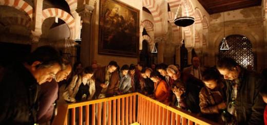 Un grupo de turistas observa los restos arqueológicos bajo el suelo de la Mezquita   MADERO CUBERO