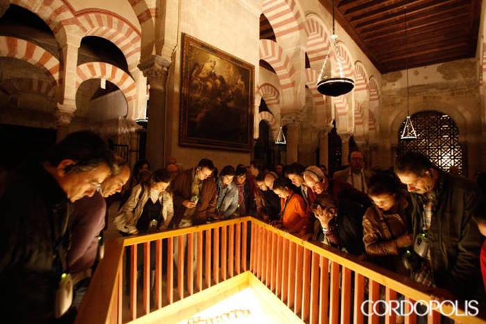 Un grupo de turistas observa los restos arqueológicos bajo el suelo de la Mezquita | MADERO CUBERO