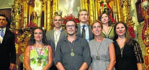 El alcalde, en el centro, con los concejales que ayer se impusieron la medalla del Nazareno en la capilla de la iglesia de Santa María.