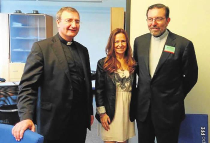 canonigos Cordoba con europarlamentarios en Bruselas 2015