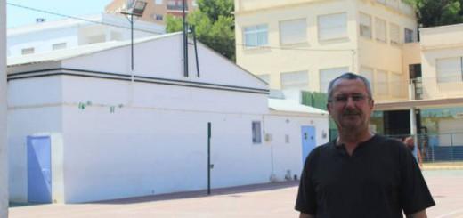 Salvador Pérez Guantes, ante la cruz del patio del CEIP Madre de la Luz, en Nueva Andalucía.