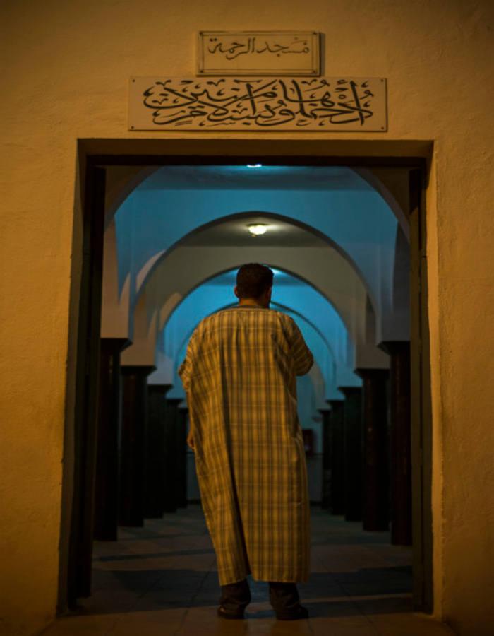 El guardia civil Yamal este miércoles entrando a rezar a la mezquita Al-Rahma de Melilla. J. BLASCO DE AVELLANEDA