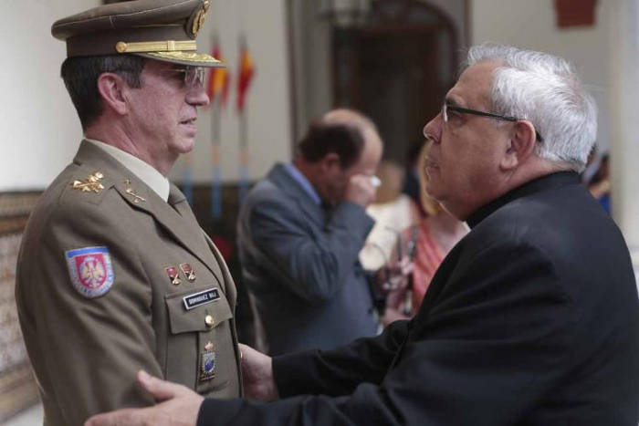 El arzobispo de Granada se despide del jefe del Madoc saliente, el teniente general Alfredo Ramírez. M. R.