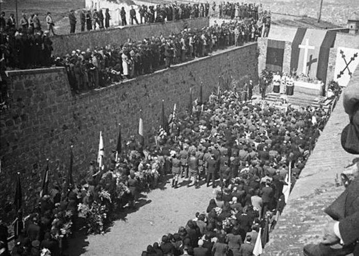Misa en el foso de Santa Elena en el Castillo de Montjuïc, tras la guerra. / JAUME BIOSCA (ARXIU CENTRE EXCURSIONISTA DE CATALUNYA)