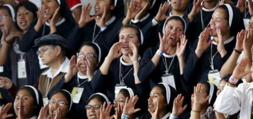 Monjas bolivianas reciben al Papa en un acto en Santa Cruz. / REUTERS