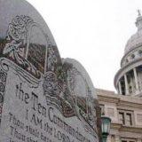 Monumento a los 10 mandamientos en Capitolio de Oklahoma, EE.UU