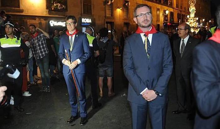 Gorka Urtaran (izq.), junto al exalcalde de Vitoria, Javier Maroto (der.), acude a la Procesión de los Faroles. / Igor Aizpuru