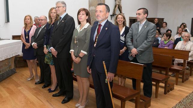 Hernández (derecha), como alcalde en la misa de San Roque de 2014