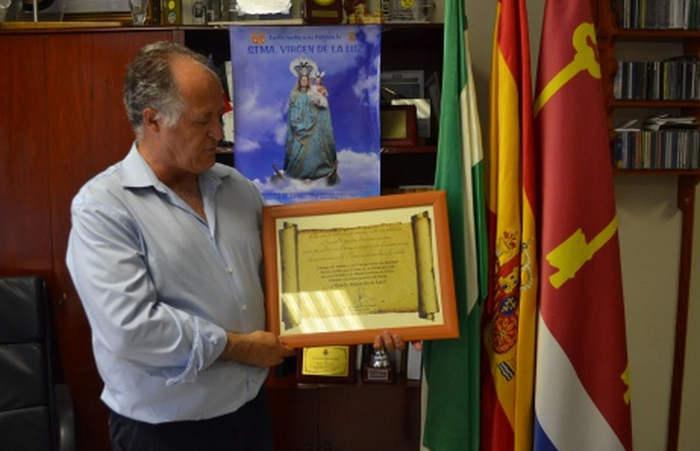 El ayuntamiento de Tarifa formaliza la entrega del bastón de mando para hacerlo tradición