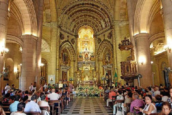 El alcalde de Almería y otras autoridades y concejales en la ofrenda floral a la Virgen del Mar
