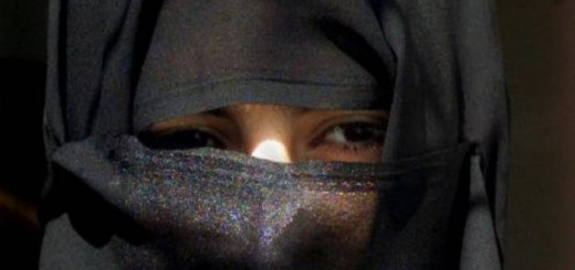 mujer con velo en Arabia