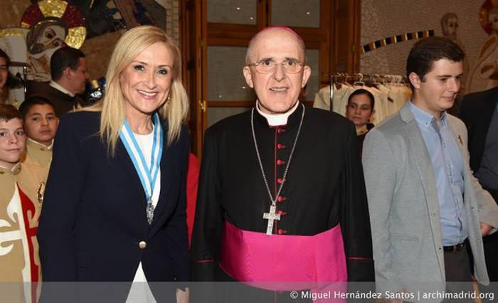 La presidenta de la Comunidad de Madrid recibe la medalla de Esclava de Honor de la Almudena