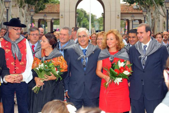El ex-presidente del PSOE, Barreda, junto a otros destacad@s polític@s del mismo partido en la ofrenda floral a la Virgen en la feria de 2009.