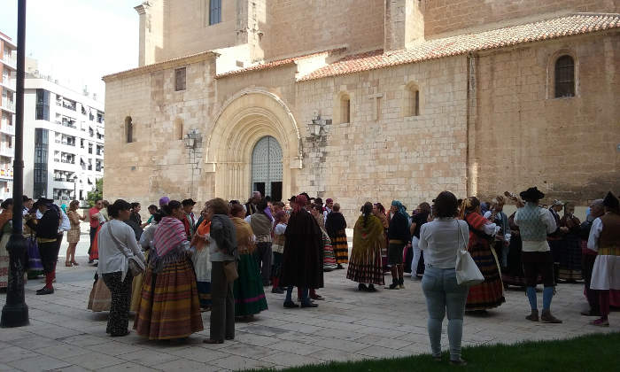 Grupos folklóricos que se reúnen junto a la catedral, antes de iniciar un desfile.