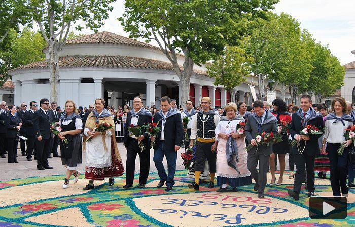 El alcalde de Albacete, el presidente de la Junta de Comunidades (García-Page) y otras y otros políticos en activo del PSOE y PP, en perfecta comunión, en la ofrenda a la virgen, en plena feria de septiembre de 2015.