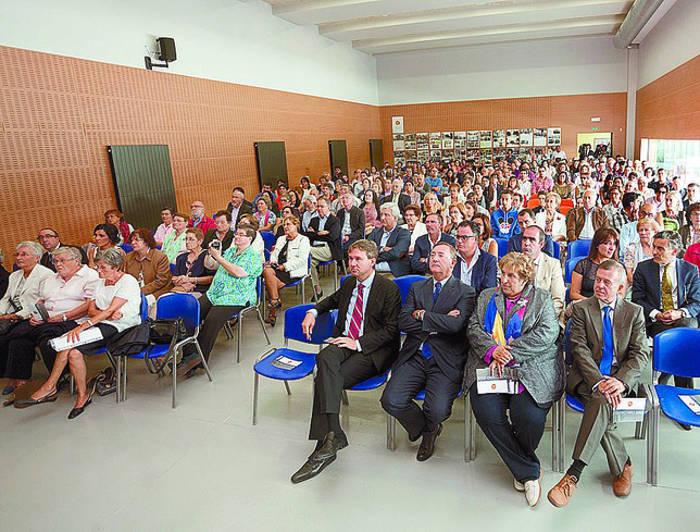 El alcalde acudió a la inauguración junto con otras autoridades de la ciudad. Patricia