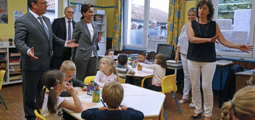 El presidente francés, François Hollande, y la ministra de Educación, Najat Vallaud-Belkacem, visitan la escuela de primaria La Marais, en Pouilly-sur-Serre, cerca de Laon, este martes.