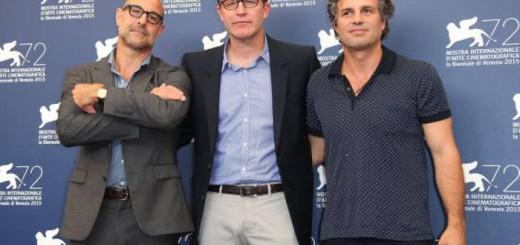 Stanley Tucci, Thomas McCarthy y Mark Ruffalo, de izquierda a derecha, posan ante los fotógrafos en Venecia esta tarde. / JOEL RYAN (AP)