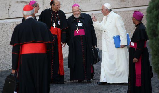 El Papa, junto a varios prelados, durante el Sínodo de la Familia. / GIULIO ORIGLIA (GETTY IMAGES)
