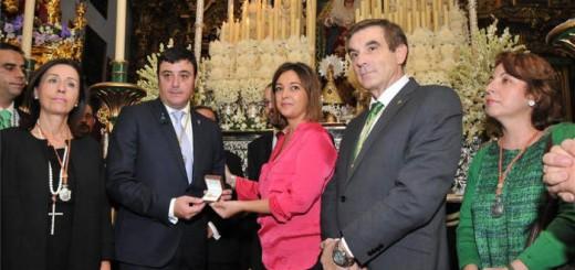 Isabel Ambrosio, durante la entrega a la hermandad de la insignia de oro de la ciudad - MIGUEL ÁNGEL SALA