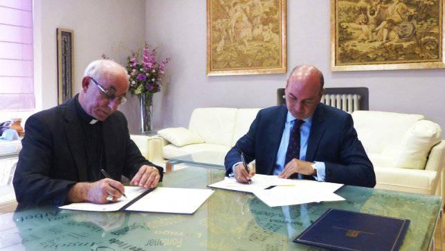 El presidente de la Diputación de Guadalajara, José Manuel Latre, y el obispo de Sigüenza-Guadalajara, Atilano Rodríguez, durante la firma de convenio